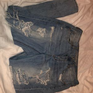 Ripped tomgirl AE jeans